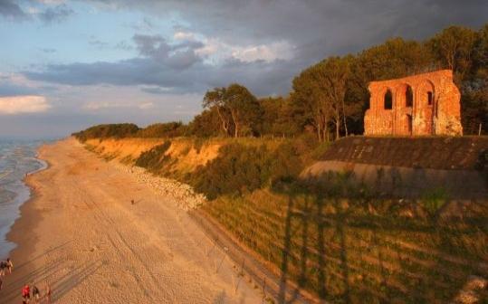 Ruiny kościoła na klifie w Trzęsaczu